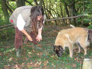 Denise mit ihrer Tervuerenhündin Coja auf Trüffelsuche